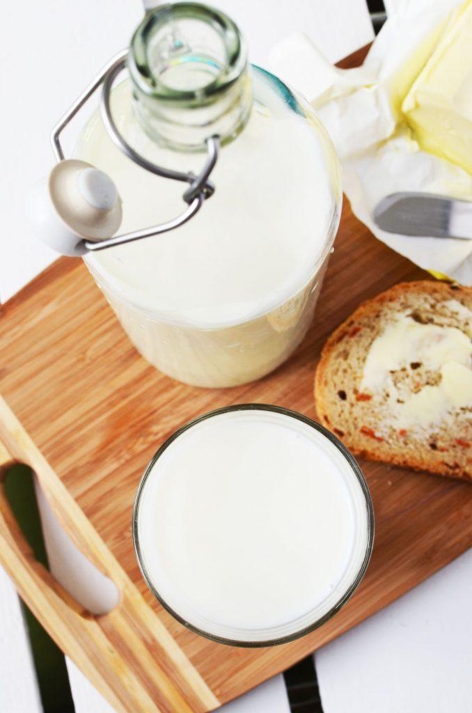 morning-breakfast-kitchen-cutting-board-678x1024 Süt Kaç Farklı Şekilde Kullanılabilir?