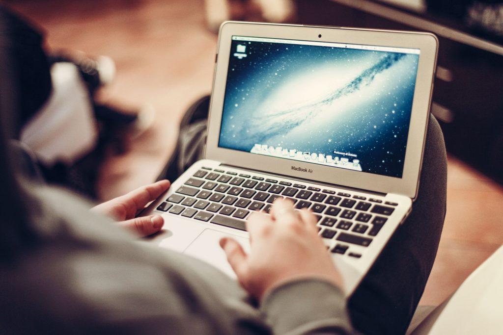 person-apple-laptop-notebook-1024x683 Alışverişte Tasarruf Etmenin Yolları