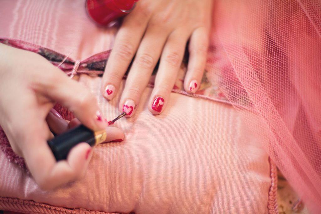 painting-fingernails-nail-polish-hearts-valentine-37553-1024x683 Tırnaklarını Uzatmak İsteyenlere Tavsiyeler