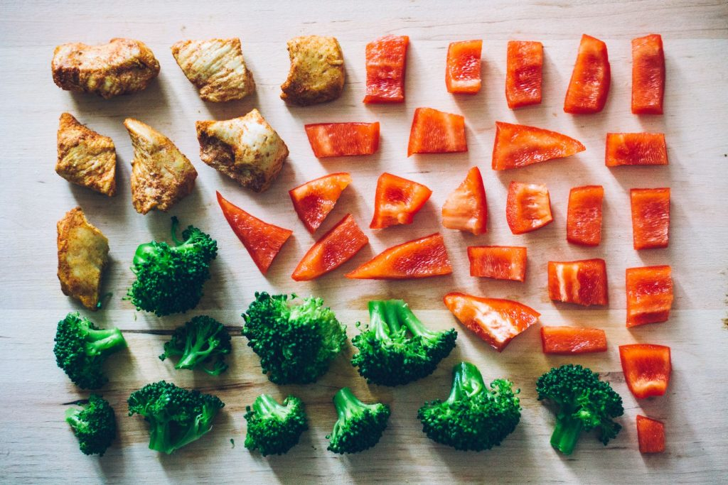 red-lunch-green-knolling-1024x683 Yemek Yaparken Dikkat Edilmesi Gereken Genel Ayrıntılar
